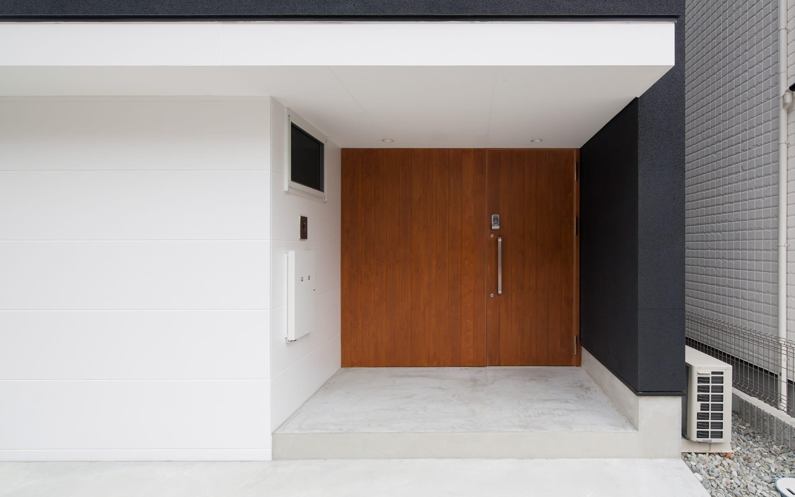 スカッとハウスのポーチ・玄関扉1
