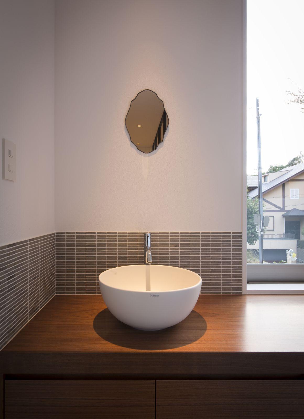 フォトジェニックのある家の浴室・洗面室1